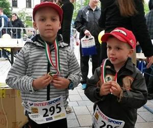 Orbán Kriszti két kisfia a Csattogó Tappancsok futóversenyen
