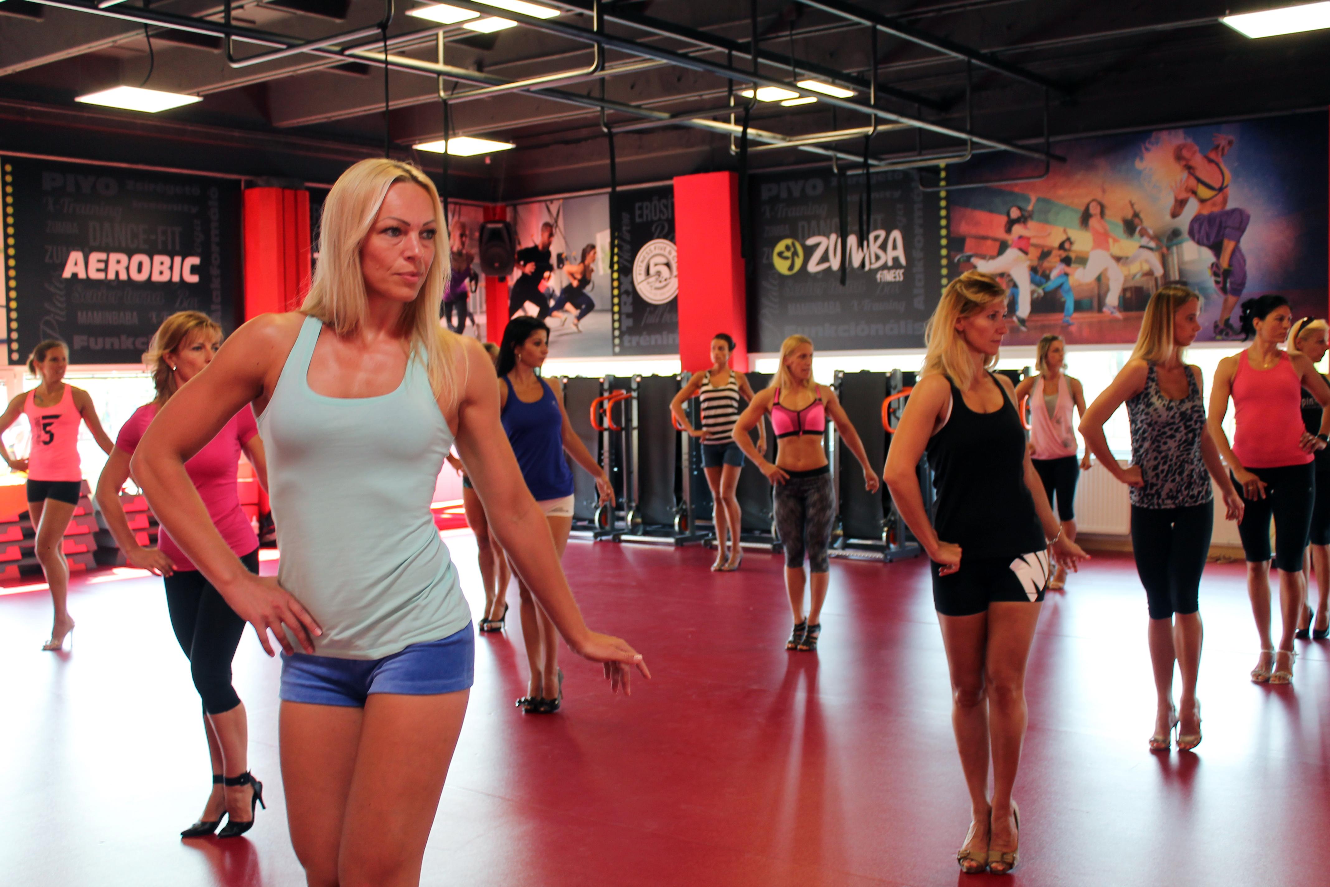 fitnesz-modell-anyukak-gyakorlas