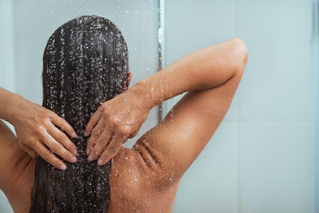 zsiregeto-zuhanyozas