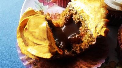 Mogyorókrémmel töltött cupcake vaníliaöntettel