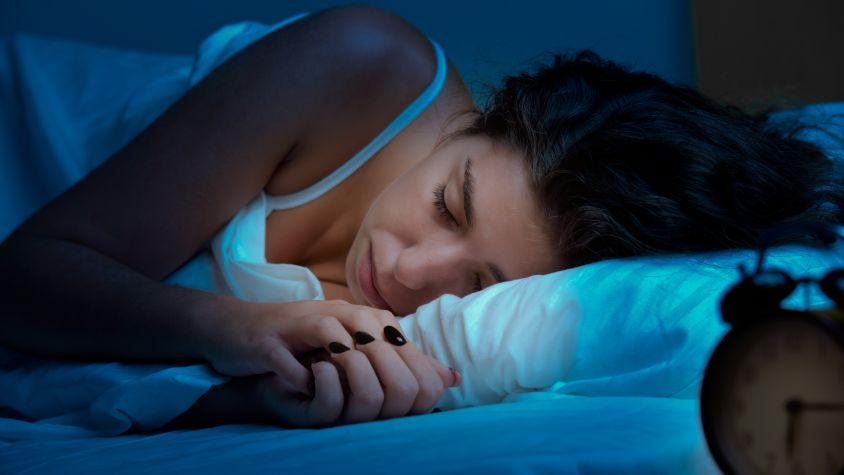 kevesebb alvás vezet a fogyáshoz)