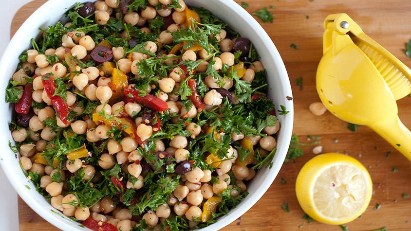Magvas-csicseriborsós zöldsaláta: ínycsiklandozó, diétás ebéd kalóriából - Recept   Femina