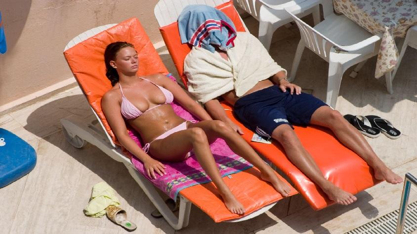 Sunbathing_couple